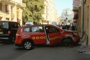 В центре Петербурга такси врезалось в стену жилого дома
