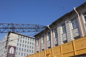 На Петроградке строительный кран упал на здание