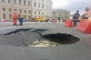 Дыру в асфальте на Дворцовой обещают починить завтра
