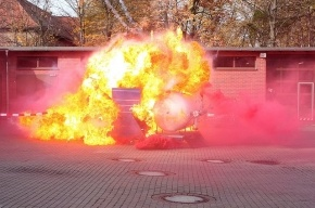 В поселке Левашово в руках мигранта взорвалась бочка с бензином