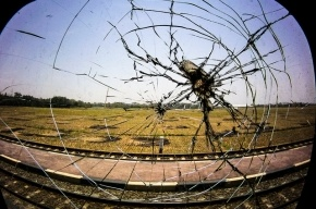 Под Петербургом школьники камнями разбили стекла электрички