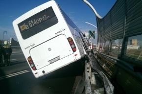 Туристический автобус попал в аварию на съезде с ЗСД