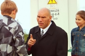 Валуев в социальной рекламе предупредил об опасности тока