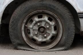 В Петербурге иномарке прокололи колеса и отобрали у водителя телефон