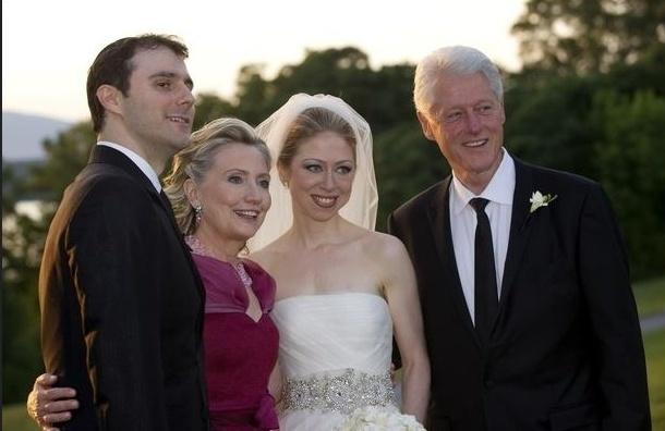 Клинтон впервые стал дедушкой
