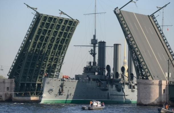Крейсер «Аврора» проплыл по Неве среди бела дня