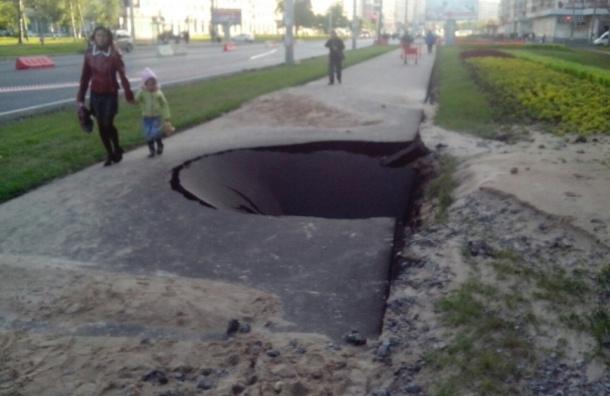 На проспекте Ветеранов уничтожили асфальт