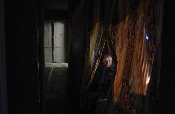 В квартирах на Ильюшина, 15, ломают двери и выносят мебель