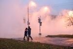 Движение на Пражской улице ограничено из-за прорыва трубы: Фоторепортаж