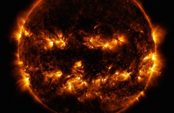 NASA опубликовало снимок Солнца, похожего на тыкву для Хэллоуина