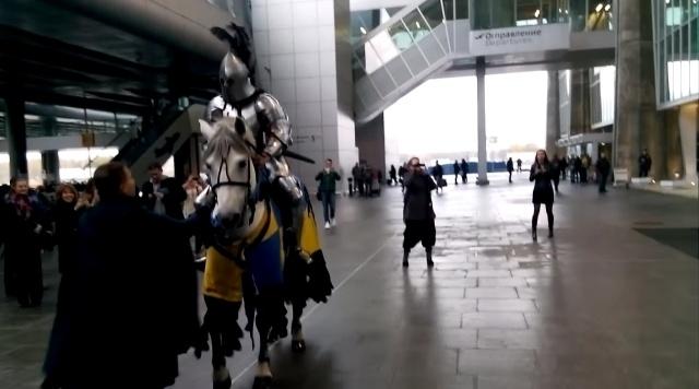 В «Пулково» рыцарь на белом коне сделал даме предложение: Фото