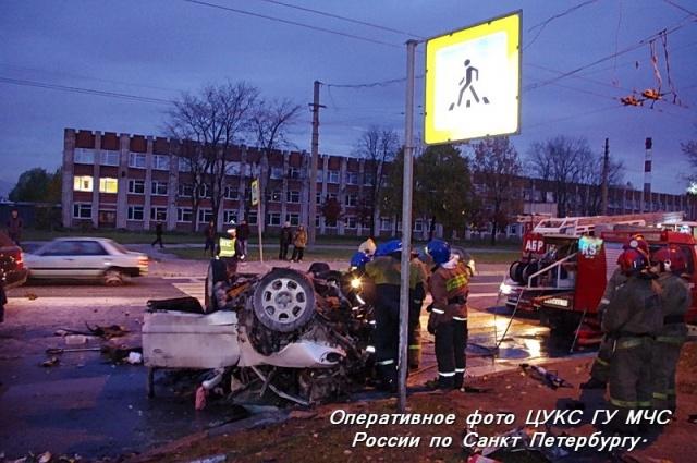 На шоссе Революции две иномарки столкнулись и загорелись: Фото