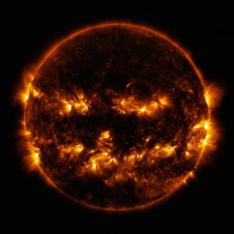 НАСА опубликовала фото Солнца, похожее на тыкву для Хэллоуина: Фото
