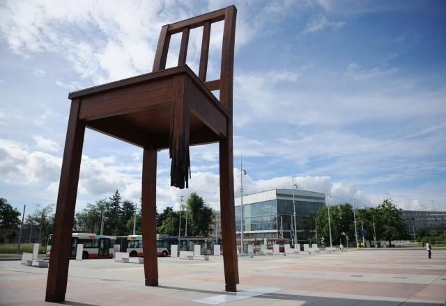 Сломанный стул в Женеве: Фото