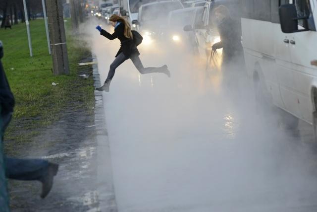 Движение по проспекту Славы ограничено из-за прорыва трубы с кипятком: Фото