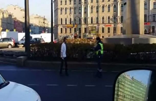 Видео нападения на сотрудников ГИБДД в Петербурге выложили в сеть