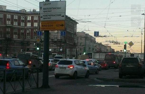 В районе «Новочеркасской» сошедший с рельсов трамвай заблокировал движение