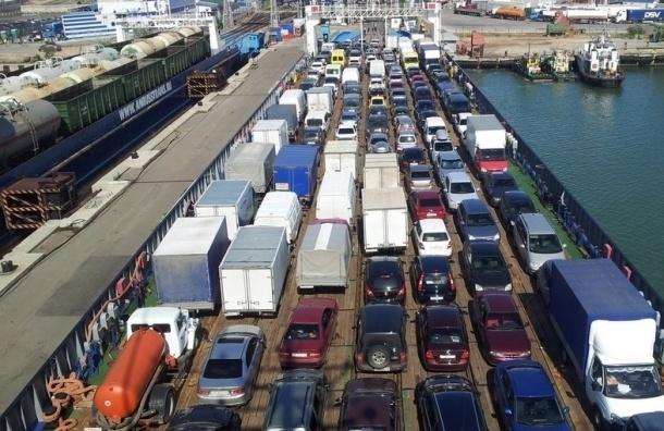 На Керченской переправе из-за шторма застряло около 1000 автомобилей