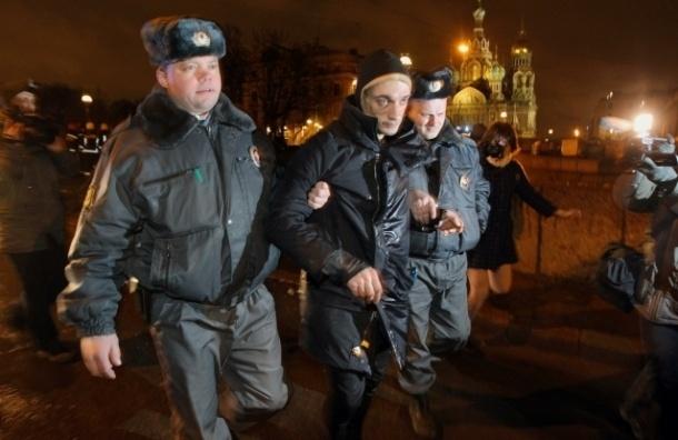 За покрышки Павленского обвинили в вандализме
