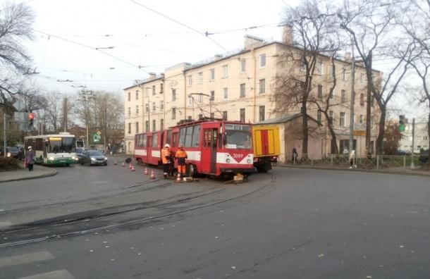 В Петербурге автобус выбил трамвай с рельсов