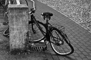 На Октябрьской набережной иномарка столкнула велосипедистку в Неву