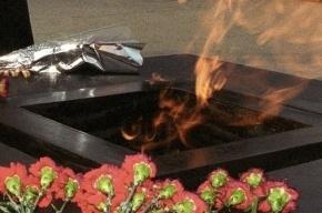 Женщина подожгла венок у вечного огня под Волгоградом