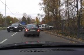 В Петербурге автомобиль протаранил кладбище