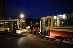 В Петербурге автобус и трамвай столкнулись на мосту