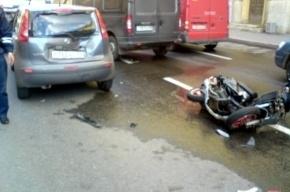 В Петербурге пьяный скутерист протаранил автомобиль полиции