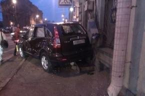 В Калининском районе маршрутка отправила иномарку в стену