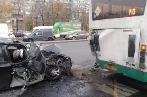 В Петербурге иномарка врезалась в стоящий на остановке автобус
