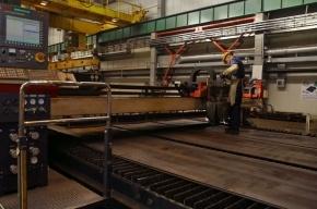 В Кронштадте рабочий попал в реанимацию после падения на него листа металла