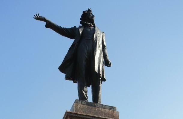Наиболее часто россияне перечитывают Пушкина и Толстого