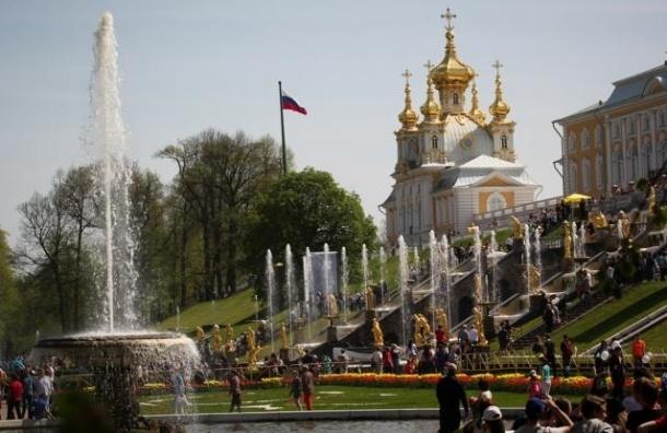 В Петергофе в воскресенье салют посвятят окончанию сезона фонтанов