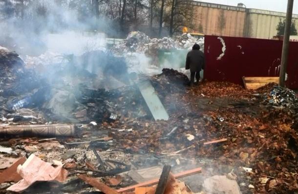 В Приморском районе на пункте перегрузки сжигают мусор