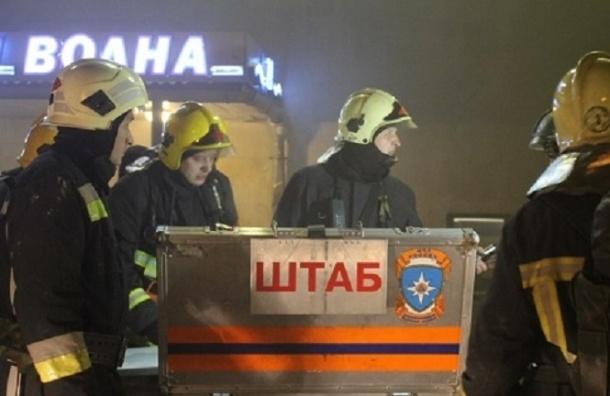 В Петербурге ТК «Нарвский» тушили по повышенному номеру сложности