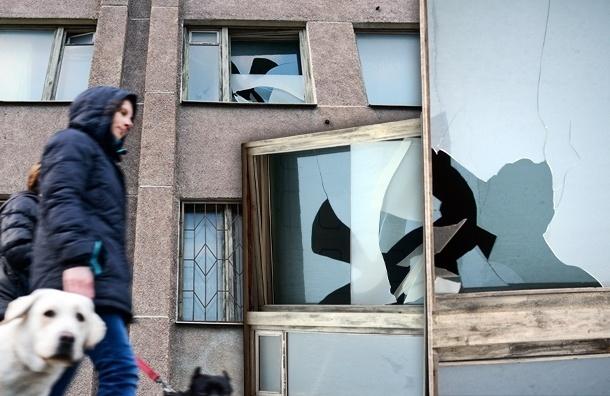 Разбитые стекла в здании трампарка угрожают пешеходам