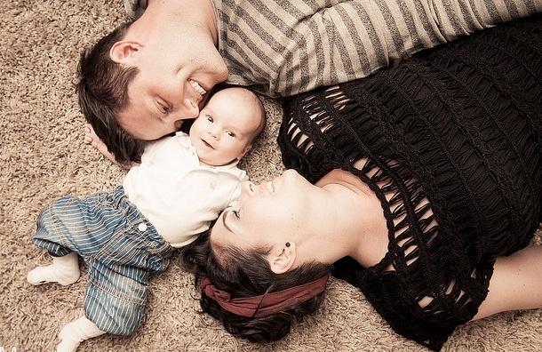 Ученые: Первенец приносит родителям два года счастья