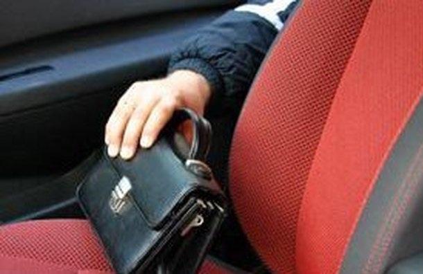 В Москве из автомобиля риелтора украли 32 млн