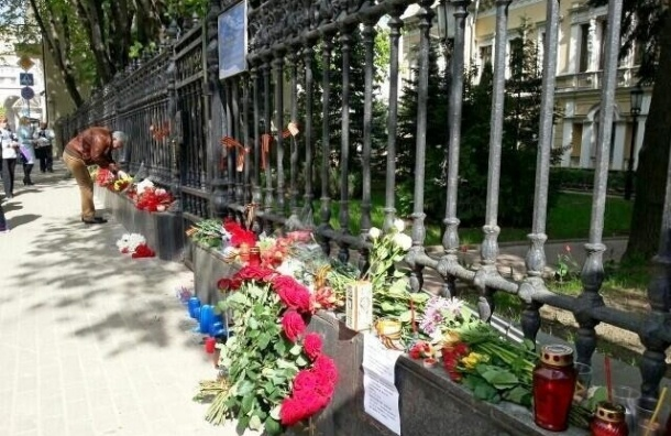 В Москве девушка попыталась повеситься на заборе посольства Украины