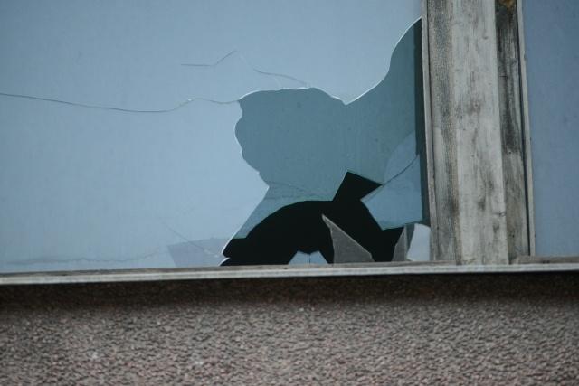 Разбитые окна на Среднем проспекте: Фото