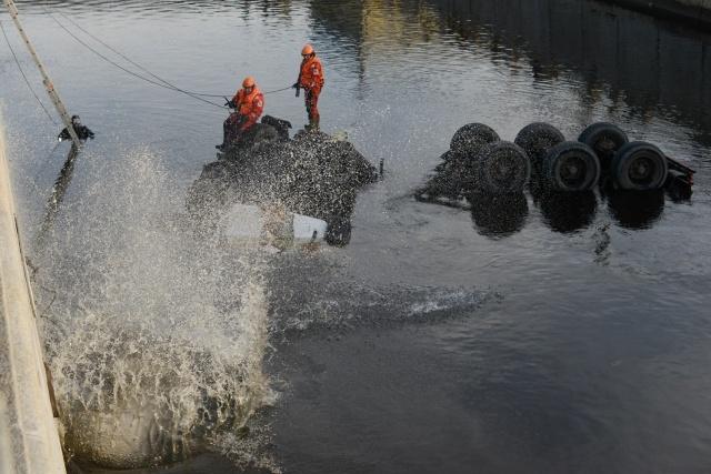 В Петербурге бензовоз с мазутом вылетел в Обводный канал: Фото
