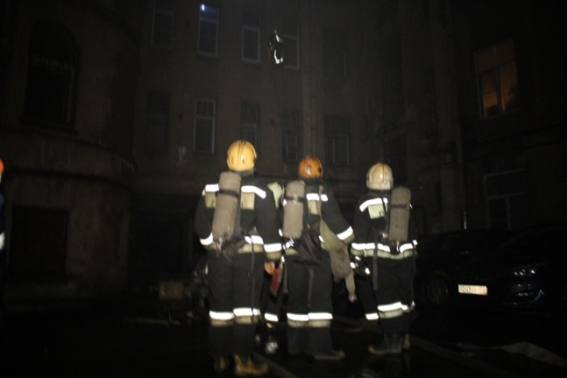 200 спасателей тушили пожар в центре Петербург: Фото
