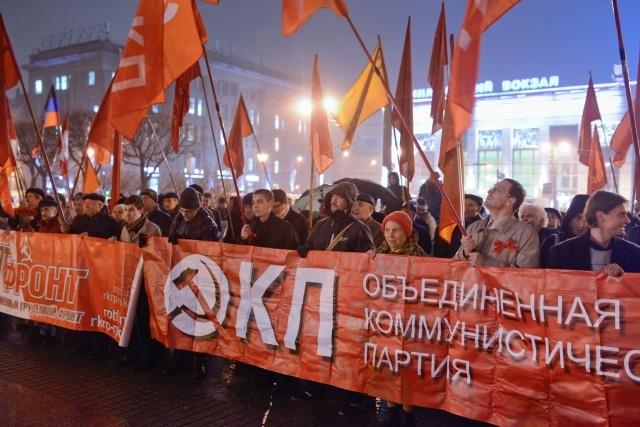 В Петербурге красочно отметили годовщину Октябрьской революции: Фото