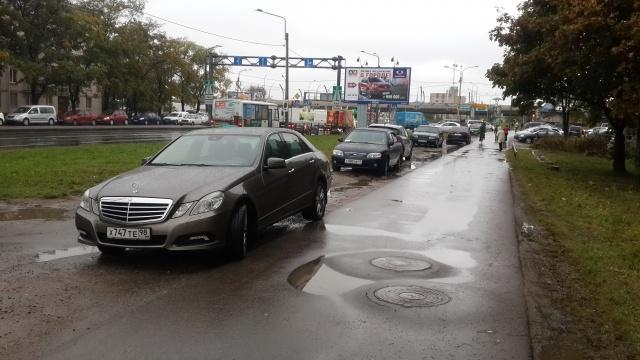 Парковка на газонах на ул. Благодатной д. 2 и д. 12: Фото
