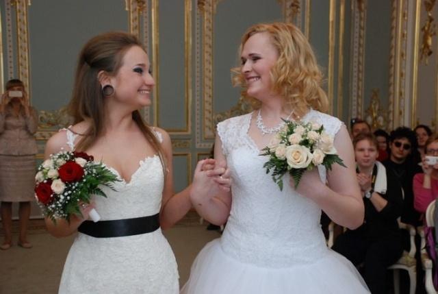 В петербургском загсе официально поженили двух невест: Фото
