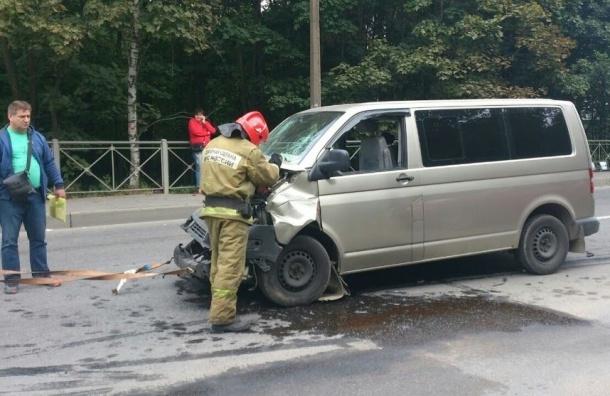 На Крестовском иномарка протаранила инкассаторскую машину