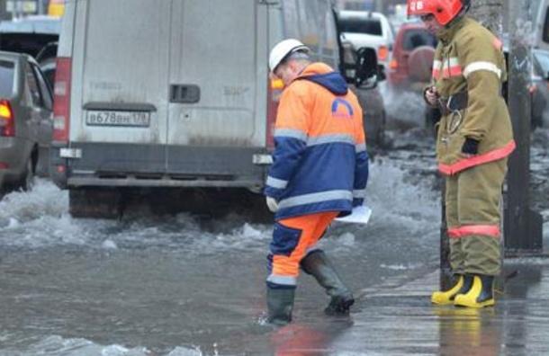 Улицу Передовиков залило водой из-за разгерметизации пожарного гидранта