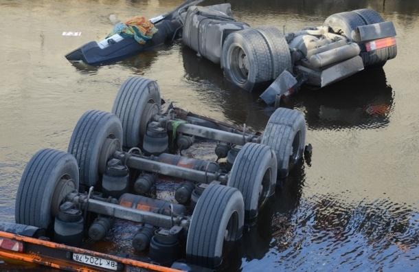 МЧС: Утечки мазута из бензовоза упавшего в Обводный канал не произошло