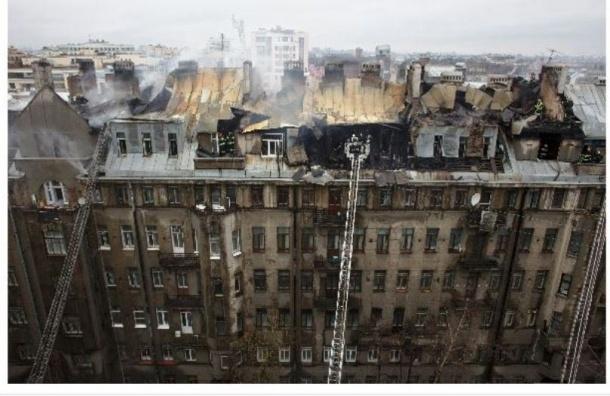 В крупном пожаре на Греческом проспекте пострадал спасатель